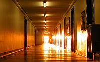 ajtók, folyosó
