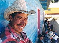 mosolygó kalapos férfi