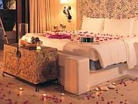 rózsaszirmok, mécses, ágy